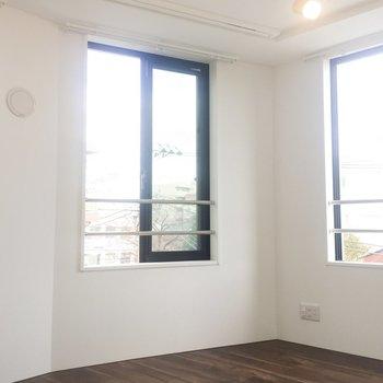 窓が3つあるんです。開放感〜〜!※写真は4階の同間取り別部屋のものです