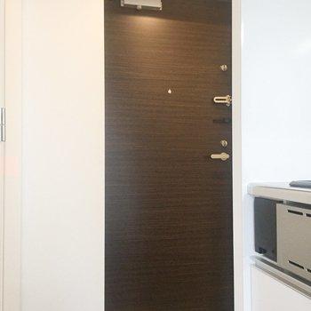 玄関。床の素材で別れています。※写真は4階の同間取り別部屋のものです
