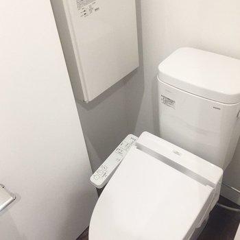 トイレの清潔感がよいですね。棚付きです。※写真は4階の同間取り別部屋のものです