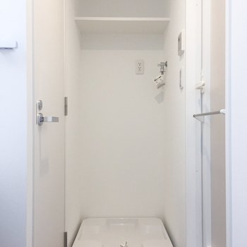 洗濯機置場はこちら。棚付きです。※写真は4階の同間取り別部屋のものです