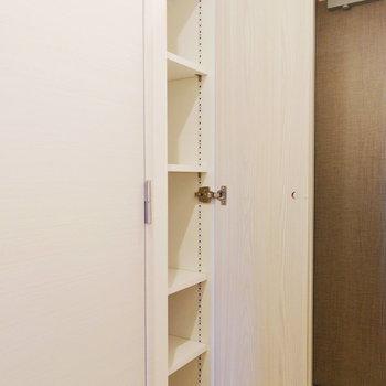 玄関の靴箱は可動タイプの棚ですね。