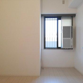 【洋室①】冷房があるので寝室に※写真は5階の同間取り別部屋のものです
