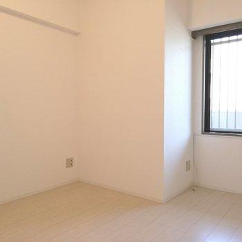 【洋室①】窓があるので風の通りも良さそうですね※写真は5階の同間取り別部屋のものです