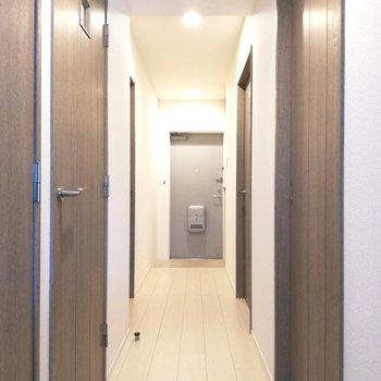 玄関へ続く廊下です※写真は5階の同間取り別部屋のものです