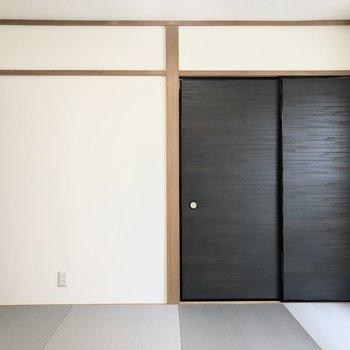 扉が黒でワンポイントになっています。