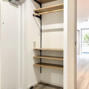 靴箱として使えそうな木の棚があります。