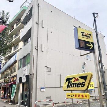 駐車場の隣の建物です。