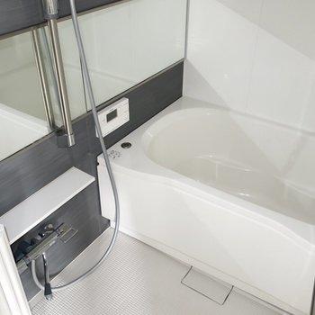 浴室には横長の鏡もあるのが嬉しいですね(※写真は通電前のものです)※写真は15階の同間取り別部屋のものです