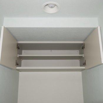 上部収納も有効活用しましょう(※写真は通電前のものです)※写真は15階の同間取り別部屋のものです
