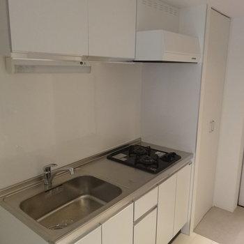 キッチンは広々・ガス二口※写真は前回募集時のものです。