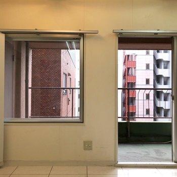 左側の窓は開きません。※クリーニング前のものです