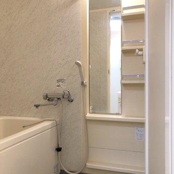 鏡の横に収納棚もあります。※クリーニング前のものです