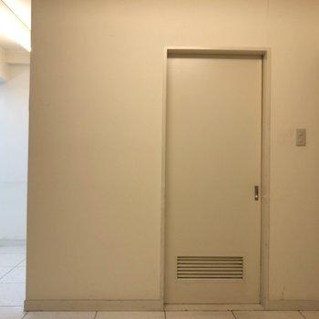 ドアの向こうがサニタリーです。※クリーニング前のものです