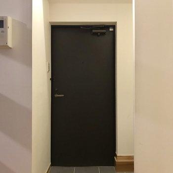 玄関はシンプル!奥のスペースにシューズBOXを置こう。(※清掃前の写真です)