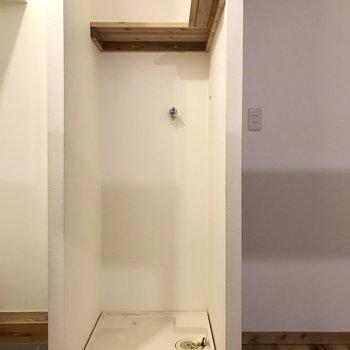洗濯機は玄関前に。違和感ないように布を被せたい。(※清掃前の写真です)