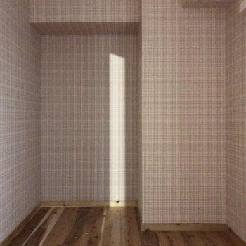 コンパクトな洋室は扉を閉めると真っ暗に。(※清掃前の写真です)