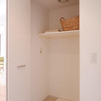 洗濯機置場は扉で隠せます。
