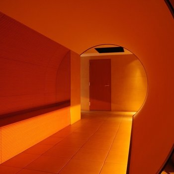 エントランス。オレンジのトンネル