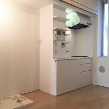 洗濯機置場とキッチン。