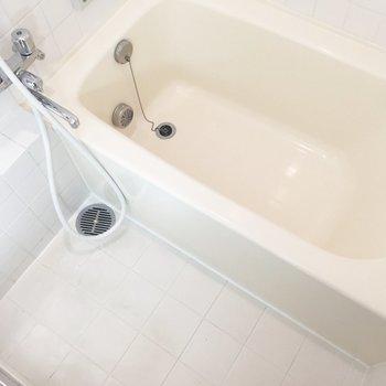 お風呂は白くて清潔感あり