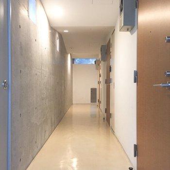 共用部は内廊下。一番手前のお部屋です