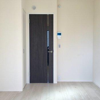 濃いめのブラウン扉が引き締める※写真は3階の同間取り別部屋のものです