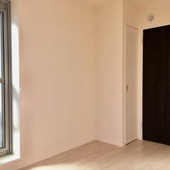 左のドアを出るとベランダへ。※写真は3階の同間取り別部屋のものです