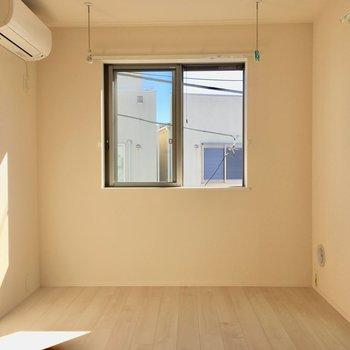 居室に入ると…室内干しができるフックがあります。※写真は3階の同間取り別部屋のものです
