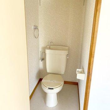 トイレはウォシュレットなしタイプ。タオル掛けと上部の棚がうれしい。※通電前の写真です。