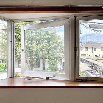 このさんかくの出窓に、お花や写真なんかを飾りましょうか。