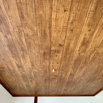 ベランダ側の天井のビンテージっぽい色合いが格好良い。