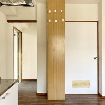 キッチン横に、玄関と、脱衣所へ続く扉。