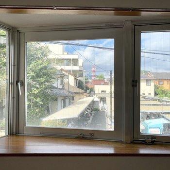 キッチン側にももうひとつ、三角の出窓。