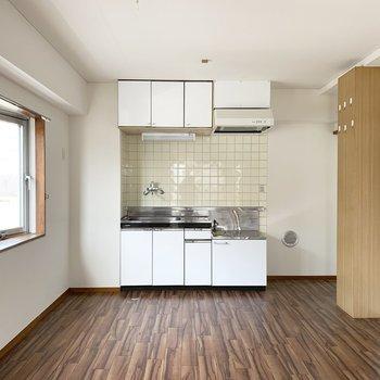 大きなワゴンやテーブル、食器棚も置けそうな広々キッチン。