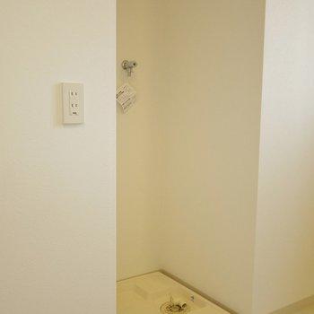 後ろには洗濯置場。※写真は502号室のもの