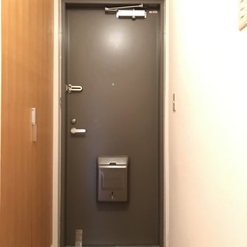 コンパクトな玄関 ※写真はクリーニング前のものです。