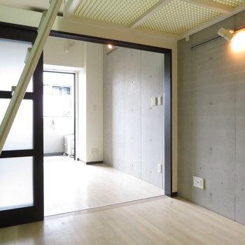コンクリートの打ちっぱなしにライティングレール※写真は3階の同間取り別部屋のものです