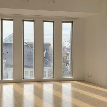 外観からも見えた例の窓4つ並んでいます。