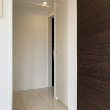 居室外へ。右奥に行くと玄関、左に行くとトイレとウォークインクローゼットです。