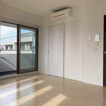 奥の扉はウォークインクローゼットに繋がっています。