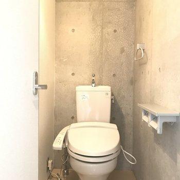 トイレも打ちっぱなしのコンクリ。※写真は前回募集時のものです