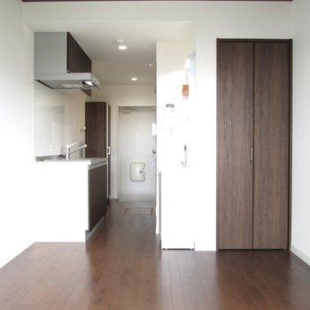 床と扉は茶色を基調としたシックな感じに。