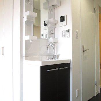 キッチンの向かいに独立洗面台。身だしなみがすぐできるのは嬉しいですね♫