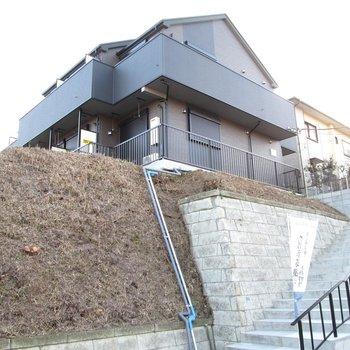 階段を登ってお部屋に行きます。