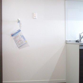 お隣は洗濯機と冷蔵庫置場です。