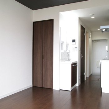 床と扉は茶色で統一されています。