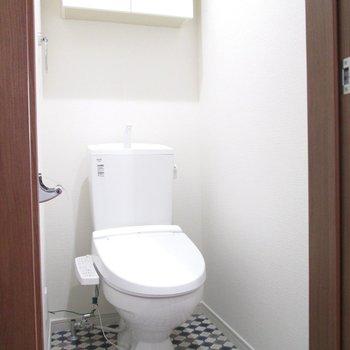 棚付きのトイレになります。
