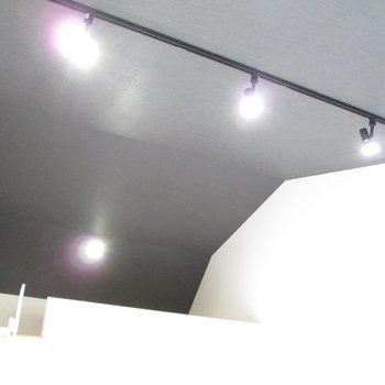 レールライトでお洒落にお部屋を照らしてくれます。