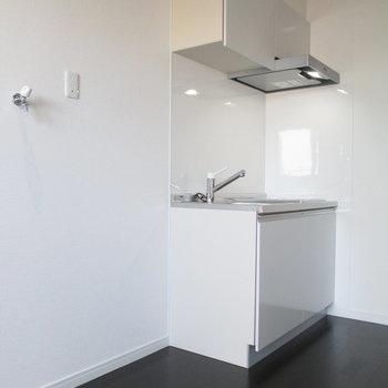 キッチン横に冷蔵庫と洗濯機を。
