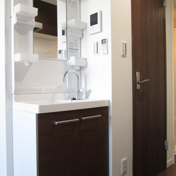 独立洗面台はキッチン背面に。